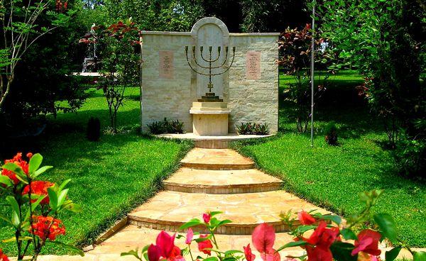 Menorah im Garten der Kanaan-Niederlassung in Paraguay